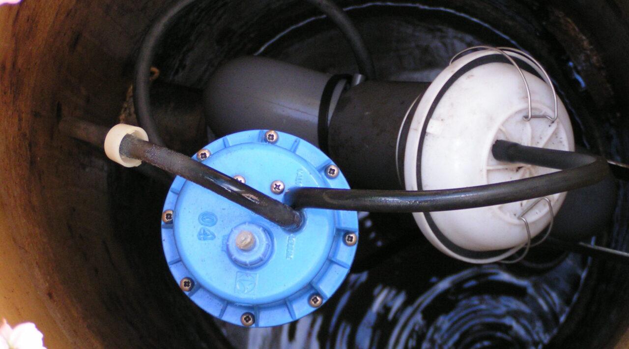 Bild i en avloppsbrunn med pumpar