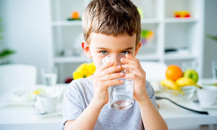 Pojke dricker vatten
